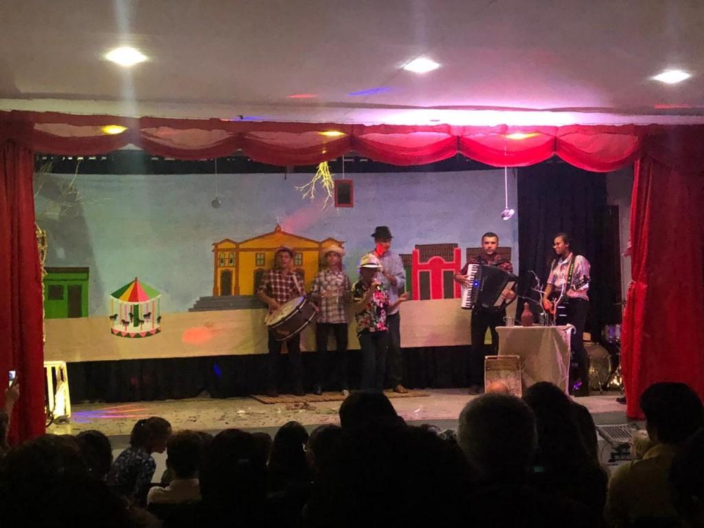 Alunos da rede municipal de ensino homenageiam Jackson do Pandeiro com musical