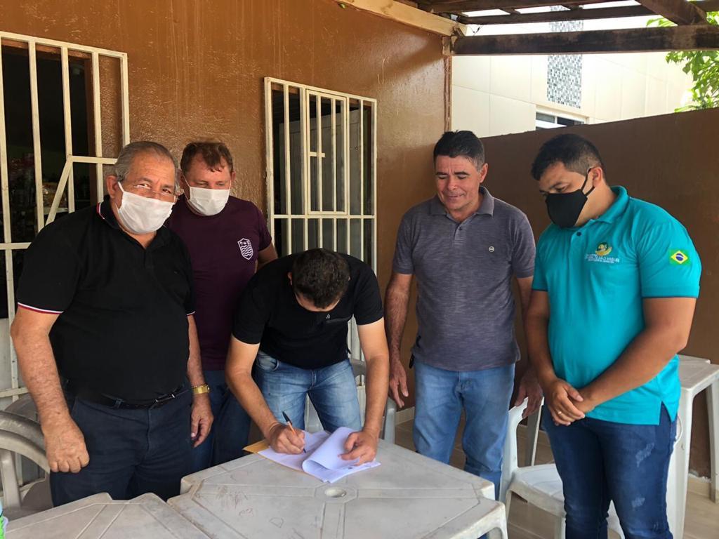 Prefeito João Batista assina ordem de Serviço de Ginásio Poliesportivo para Riacho Fundo